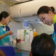 LCCエアプサンの成田~釜山線の客室乗務員のサービス風景
