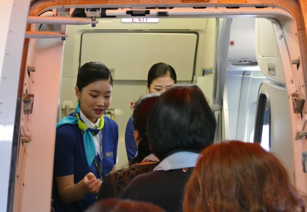 乗客を出迎えるエアプサンの客室乗務員