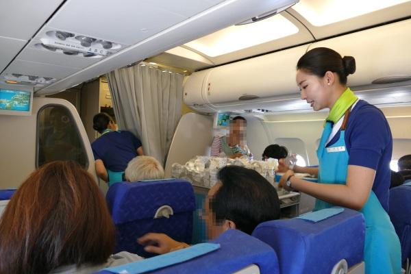 機内食の配布を行うエアプサンの客室乗務員