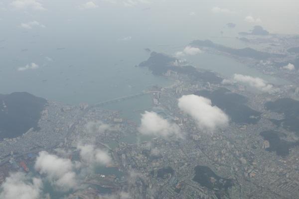 離陸から約1時間半で釜山上空へ