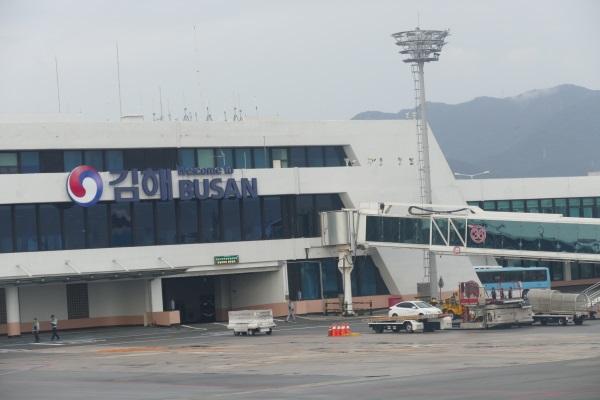 釜山の金海国際空港に着陸