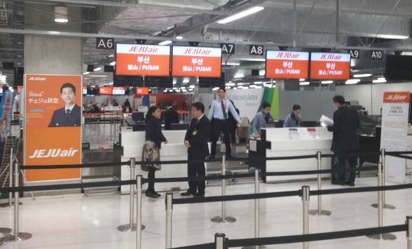 成田空港第3ターミナルのチェジュ航空のチェックインカウンター