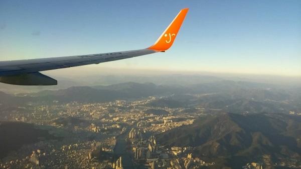 釜山上空を飛ぶチェジュ航空7C1153便の初便