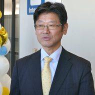セブ就航記念式典の後で囲み取材に応じるバニラエア代表取締役社長の五島勝也(ごとう・かつや)氏