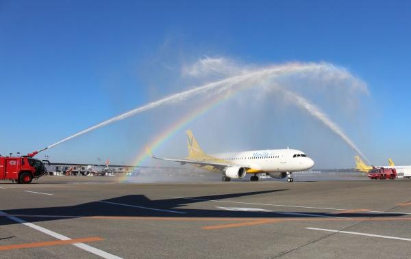 成田発セブ行きJW603便の初便を祝うウォーターキャノン(撮影:バニラエア)