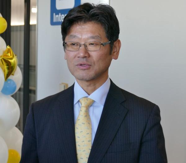 囲み取材に応じるバニラエア代表取締役社長の五島勝也(ごとう・かつや)氏