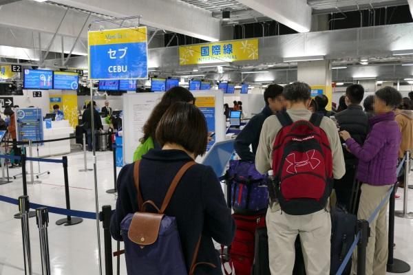 バニラエアのセブ初便のチェックインカウンターの行列