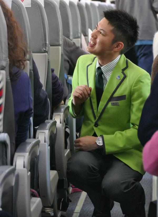 乗客と同じ目線で接客する客室乗務員