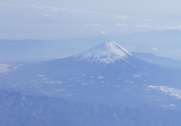 機体左側の窓からは富士山も見えた