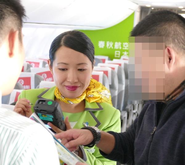 中国人の乗客ともうまくコミュニケーションをとる客室乗務員
