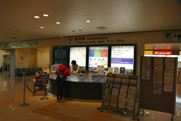到着出口前にあるインフォメーションカウンターで観光案内を受けられる