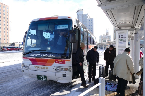 函館空港から約20分でJR函館駅前に到着