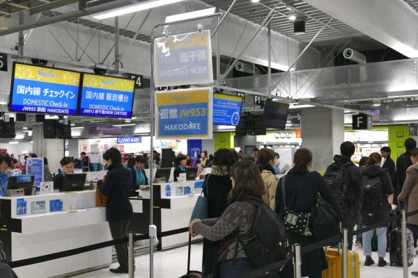 成田空港第3ターミナルのバニラエアのチェックインカウンターに函館行きJW953便の表示ができていた