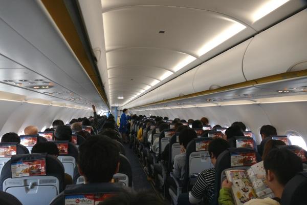 函館行きJW953便の機内は177名の乗客でほぼ満員