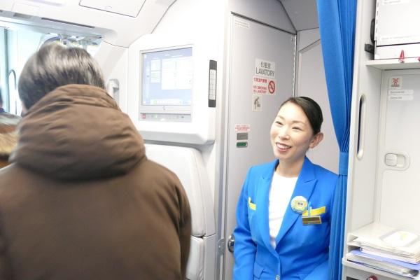 乗客一人ひとりに挨拶するバニラエアのSFA(シニアフライトアテンダント)