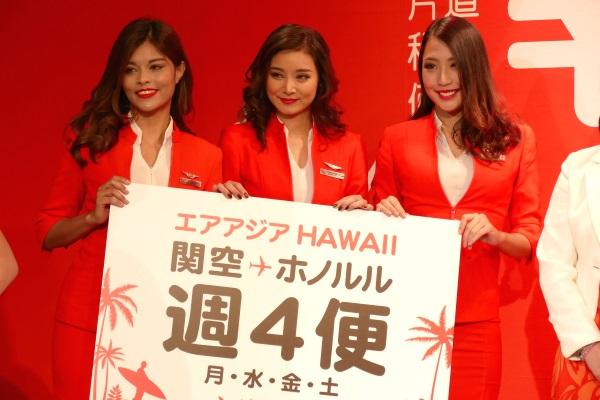 エアアジアXの関西~ホノルル線の記者会見に登壇した客室乗務員