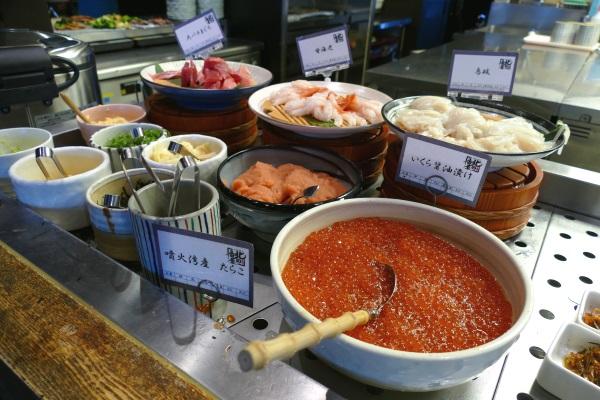 ラビスタ函館ベイの朝食ではいくら・甘エビ・イカ・マグロなどが乗せ放題の勝手丼が楽しめる