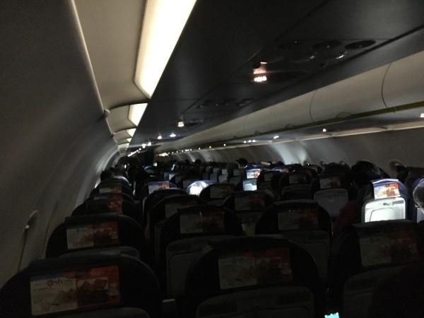 機内サービスが終わると消灯