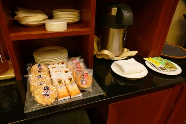 お茶や旺旺グループのお菓子が食べ放題