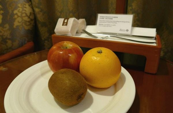 コンプリメンタリー(無料)のフルーツとパイナップルケーキ