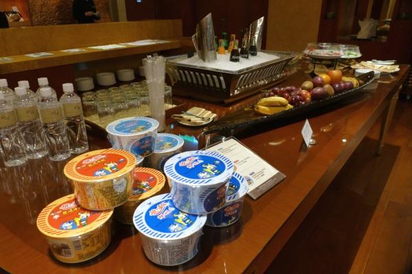 2階ラウンジは午前11時~午後5時まで軽食・飲み物が無料