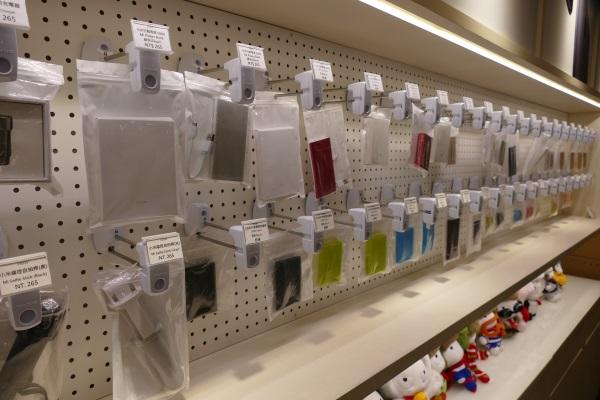 モバイルバッテリーなど各種アクセサリも販売