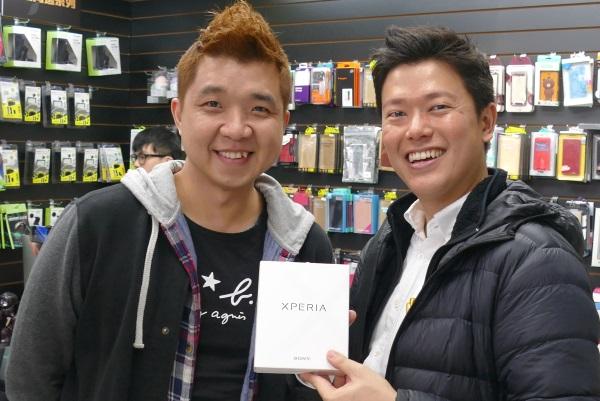 「光華福利館」の店長さん(左)といがモバ五十嵐貴文(右)