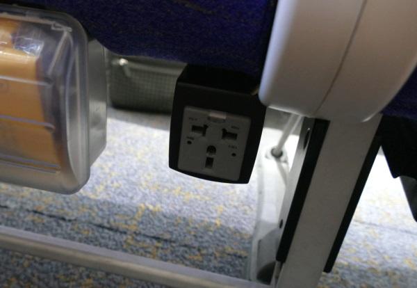 スクートの座席下には電源も完備(有料)