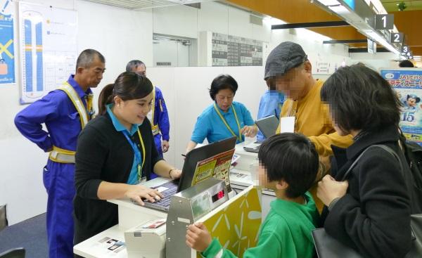 バニラエアの奄美大島発関西行きの初便には家族連れの姿が目立った