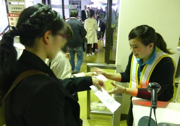 奄美空港のバニラエアの地上スタッフが笑顔で対応