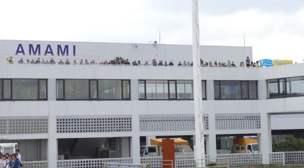 奄美空港の屋上デッキに多くの人の姿が