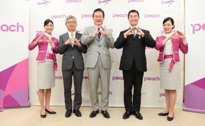 仙台空港の拠点化を発表したピーチの井上慎一CEOと村井嘉浩知事ら
