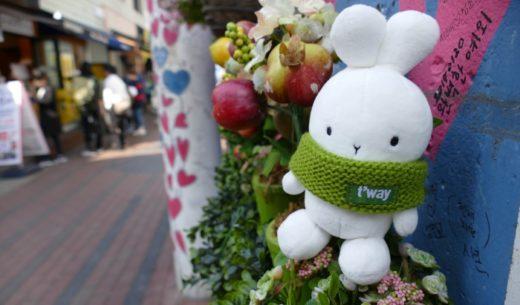 韓国・大邱市のキム・グァンソクキルに佇むティーウェイ航空の公式マスコットBootoのぬいぐるみ