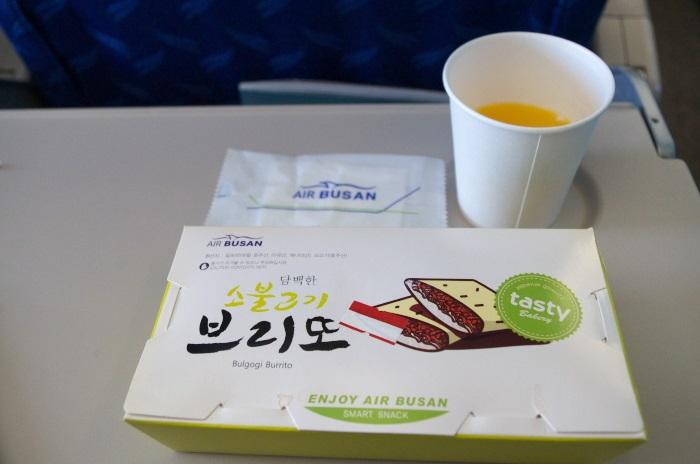 エアプサンの無料機内食のみかんジュースと機内食のプルコギサンド
