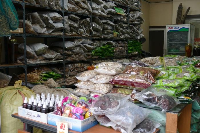 大邱市内には韓方薬材を扱う店も多い