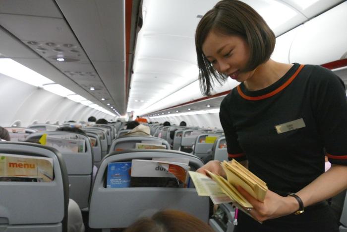 離陸後 日本の税関申告書などを配布