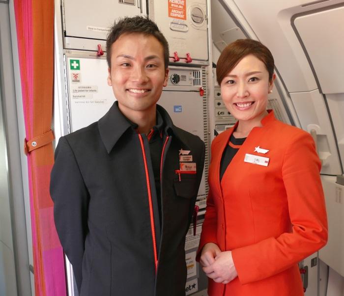 笑顔で撮影に応じるGK36便の初便に乗務したキャビンクルー