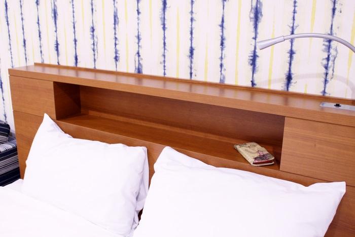 ベッドにはライトを完備・スマホなどが置けるスペースも