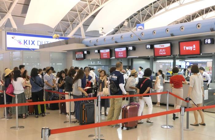 関西空港第1ターミナル・Fカウンターがティーウェイ航空の済州行き