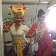 インドネシア・エアアジアXのバリ島行き初便でバリダンスを披露する客室乗務員