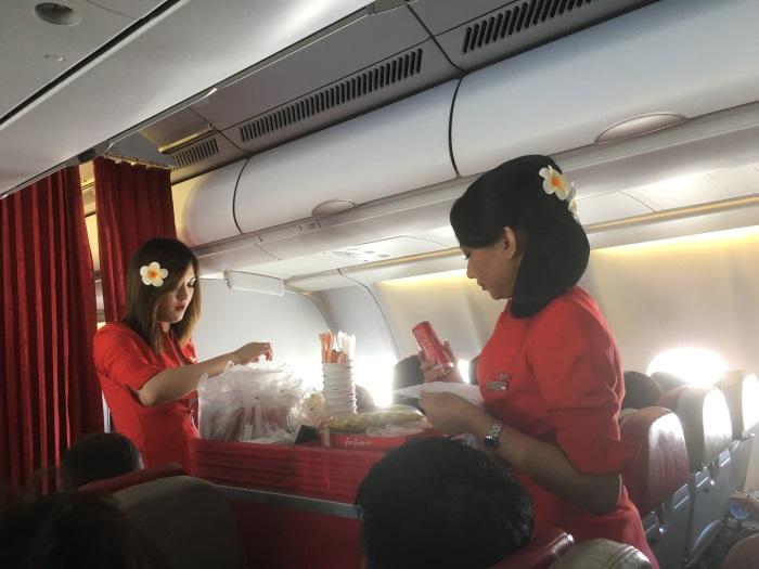 機内食の販売を行うインドネシア・エアアジアXの客室乗務員
