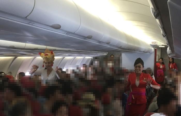 バリダンスを披露するインドネシア・エアアジアXの客室乗務員