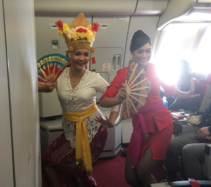 ポーズをとるインドネシア・エアアジアXの客室乗務員