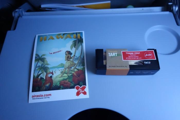 初便の乗客には絵葉書とパイナップルタルトのプレゼントも