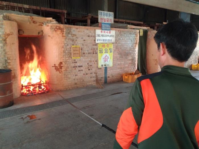 炭の炎で窯を温める