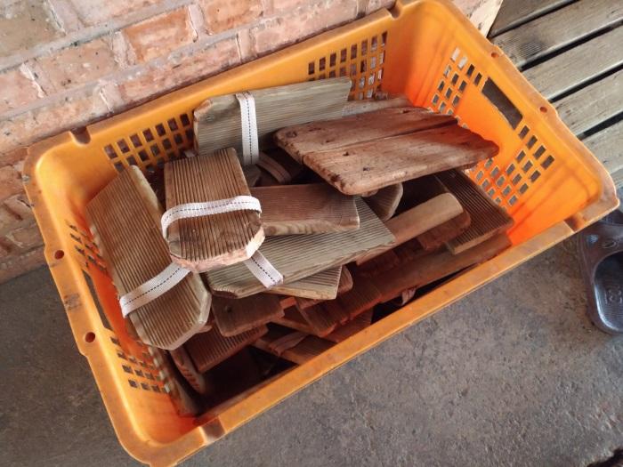 窯の中は高温なので木の板・サンダルでやけどを防止