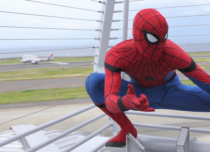 公式スパイダーマンと離陸する「スパイダージェット」(※施設側の許可を得て行っています)