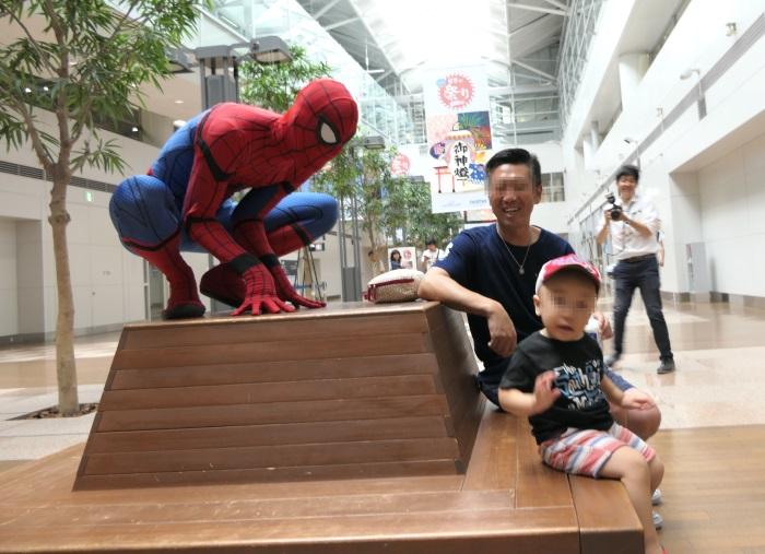 センターピアガーデンに公式スパイダーマンが登場