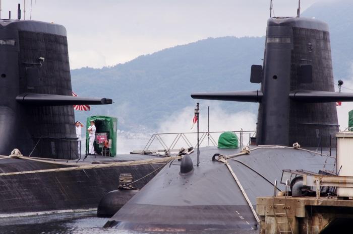 テラス席から現役の潜水艦を望むことができる