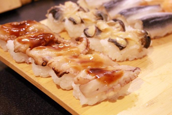 タコ炙り寿司など絶品の寿司が並ぶ